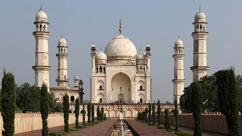 इस स्मारक को देखने भारत और विदेशों से कई लोग यहाँ आते हैं.