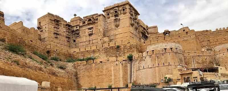 जैसलमेर का किला (Jaisalmer Fort) पीले पत्थर से बना एक शानदार किला है.किले ने अतीत में कई लड़ाइयाँ देखी हैं.यह पूर्व और पश्चिम के बीच एक व्यापार मार्ग भी था.इस किले का दूसरा नाम सोनार किला या स्वर्ण किला है और इसका नाम इसलिए पड़ा क्योंकि जब सूरज की किरणें इस पर पड़ती हैं, तो किला सोने की तरह चमकता है.